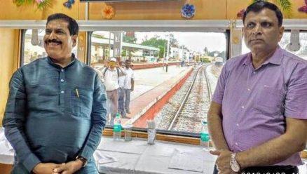 Suresh Angadi holds meeting onboard train
